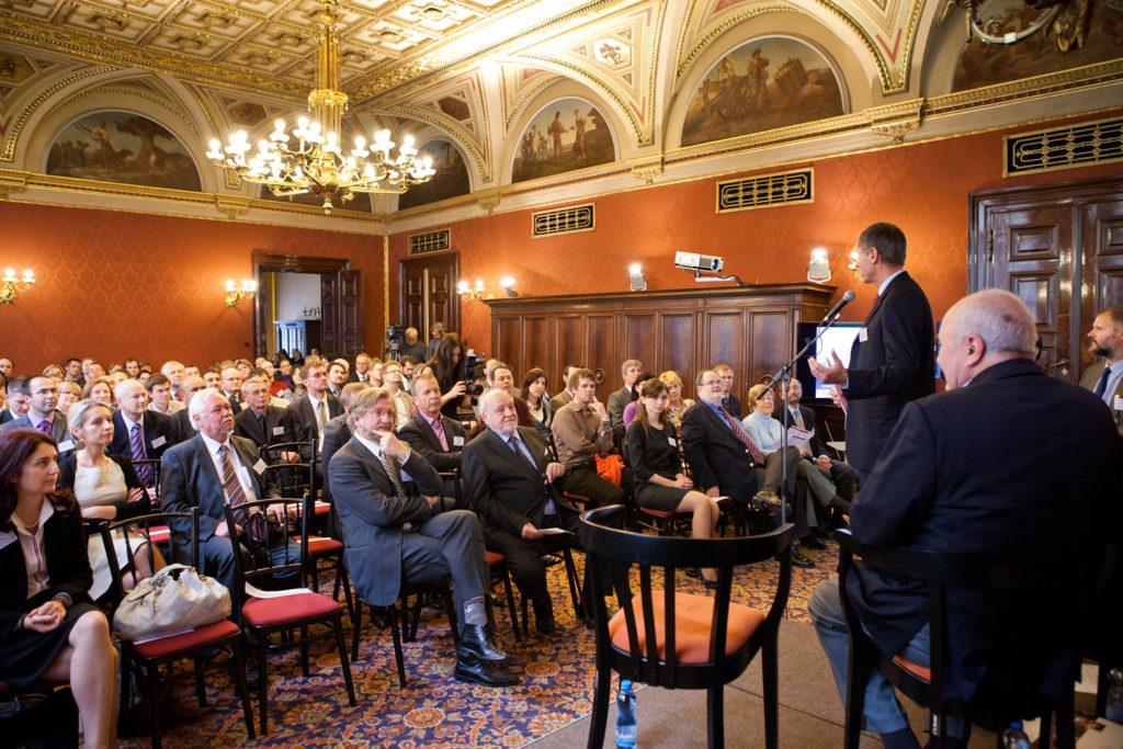 říjen 2011, oslavy 20. výročí založení CERGE-EI, v popředí Gérard Roland a Radim Palouš