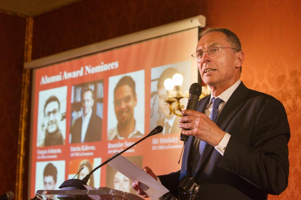 květen 2016, oslavy 25. výročí založení CERGE-EI, Jan Švejnar vyhlašuje vítěze ocenění pro absolventa s nejzajímavějším společenským dopadem, tzv. Alumni Awards.