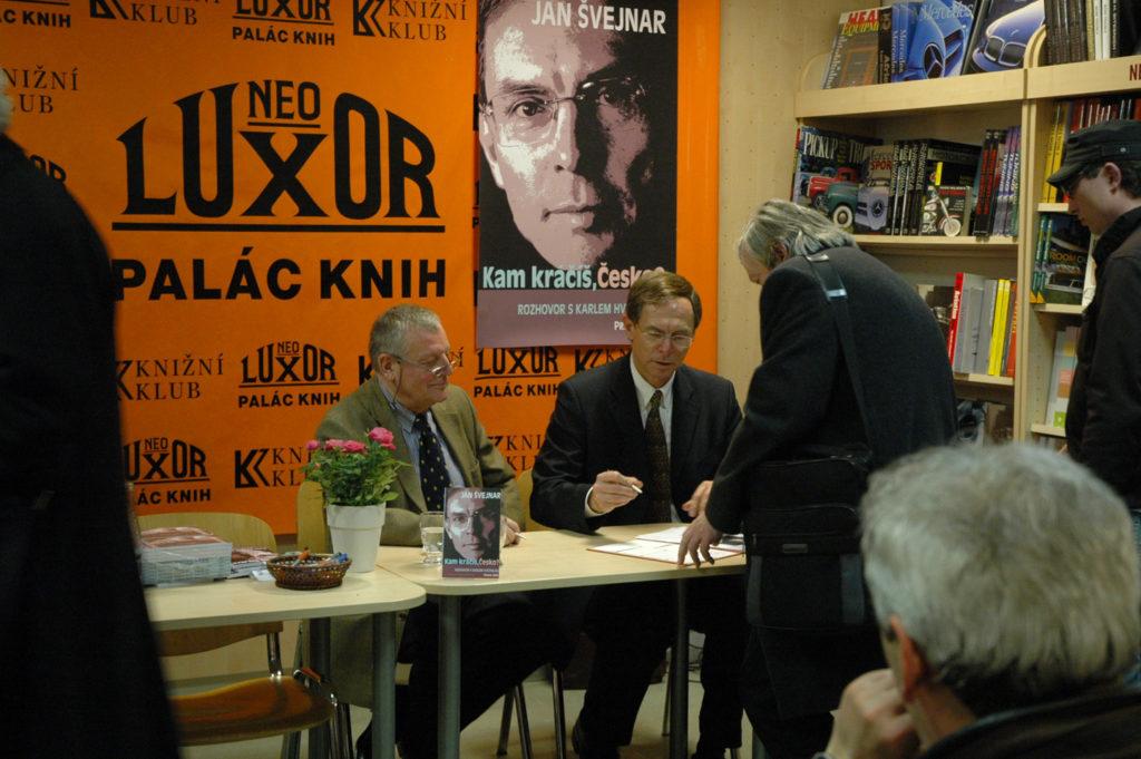 30. 1. 2008, křest knížky Kam kráčíš, Česko, Karel Hvížďala a Jan Švejnar
