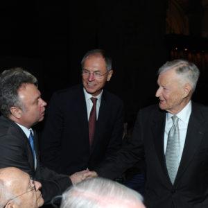 SIPA 70: Jan Švejnar uprostřed, Zbigniew Brzezinski vpravo